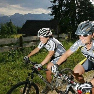 Dva cyklisté, dva názory: helma